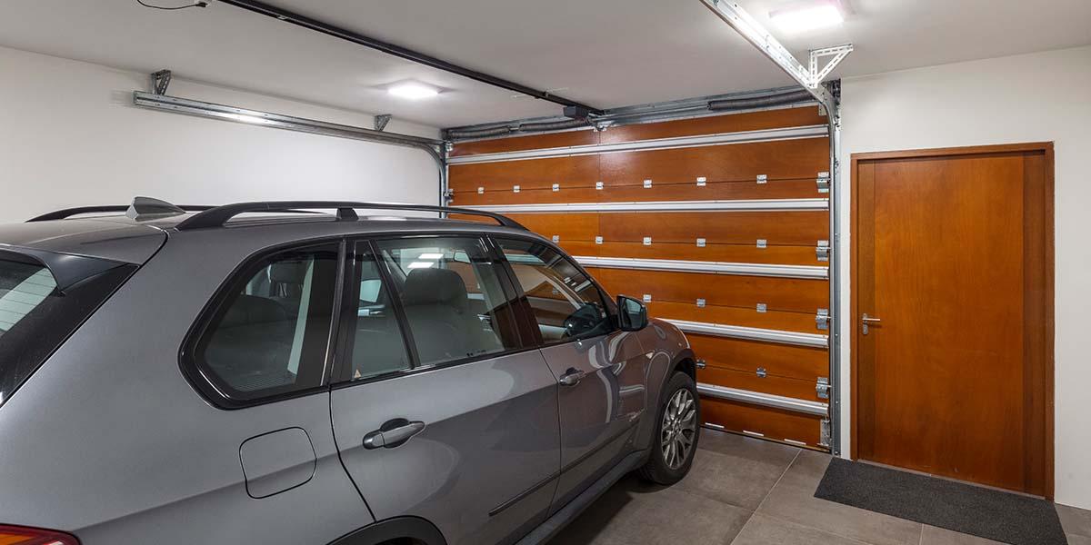 verticale-garagedeur-en-loopdeur-in-1-vlak-met-de-wand-Red-Cedar-latten-31