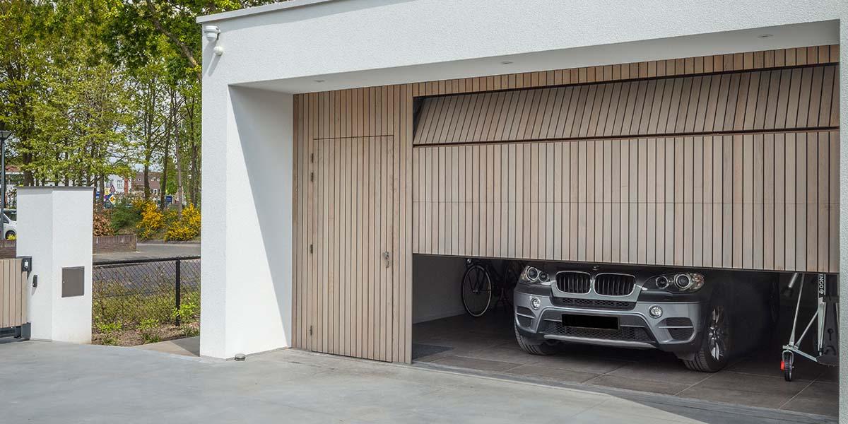 verticale-garagedeur-en-loopdeur-in-1-vlak-met-de-wand-Red-Cedar-latten-6
