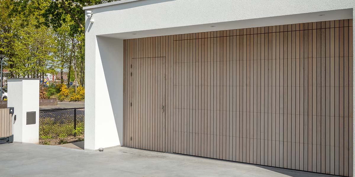 verticale-garagedeur-en-loopdeur-in-1-vlak-met-de-wand-Red-Cedar-latten-7