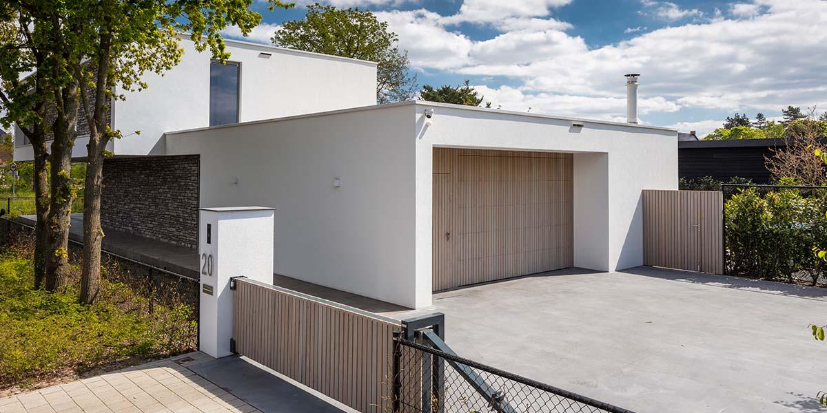 verticale-garagedeur-en-loopdeur-in-1-vlak-met-de-wand-Red-Cedar-latten-81