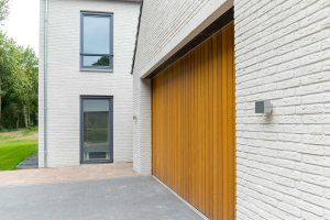 Zijwaartse-sectionaaldeur-van-Red-Cedar-hout