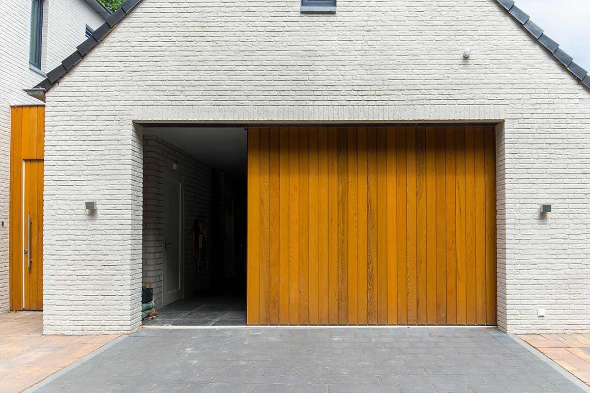 Zijwaartse-sectionaaldeur-van-Red-Cedar-hout-2