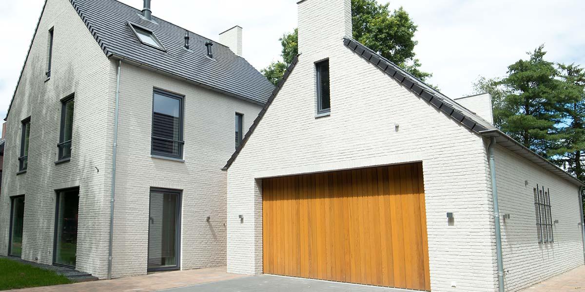 Zijwaartse-sectionaaldeur-van-Red-Cedar-hout-6