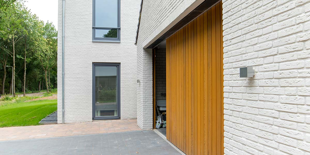 Zijwaartse-sectionaaldeur-van-Red-Cedar-hout-12