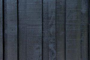 Zwarte-houten-garagedeur-verticaal-geprofileerd-in-drie-breedtes-gelijk-met-gevel-4
