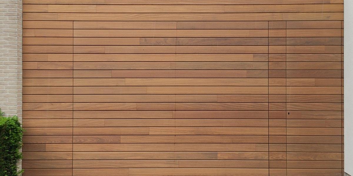Houten-sectionaaldeur-loopdeur-geïntegreerd-in-de-gevel1