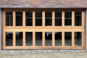 Houten-sectionaaldeuren-met-2-panelen-geheel-voorzien-van-isolatieglas-4