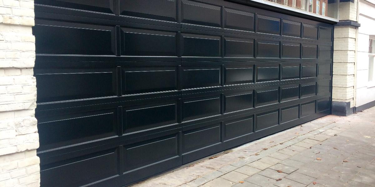 Houten-sectionaaldeur-met-cassette-paneel-geïntegreerd-in-de-gevel