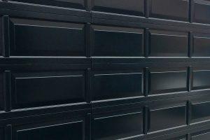 Houten-sectionaaldeur-met-cassette-paneel-geïntegreerd-in-de-gevel1