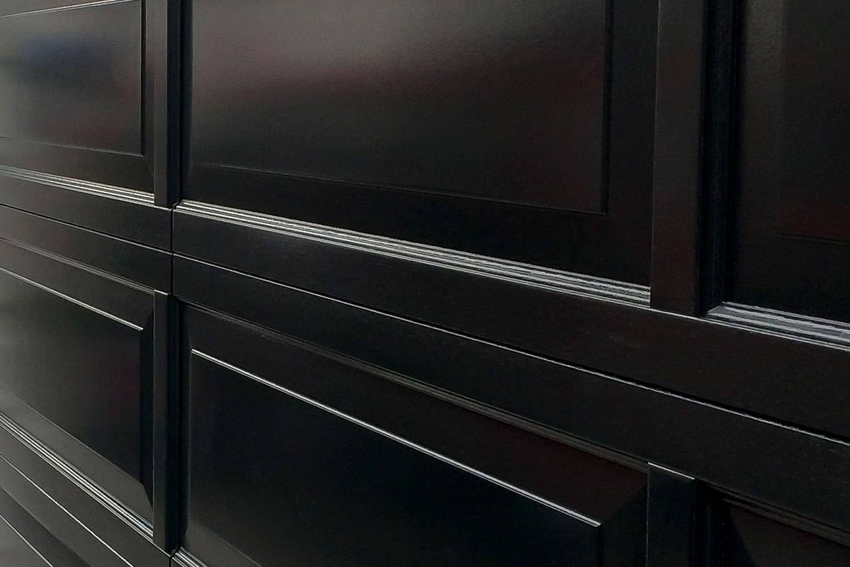 Houten-sectionaaldeur-met-cassette-paneel-geïntegreerd-in-de-gevel-2