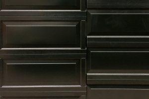 Houten-sectionaaldeur-met-cassette-paneel-geïntegreerd-in-de-gevel-3