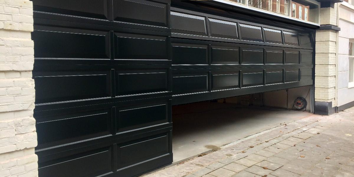 Houten-sectionaaldeur-met-cassette-paneel-geïntegreerd-in-de-gevel-31