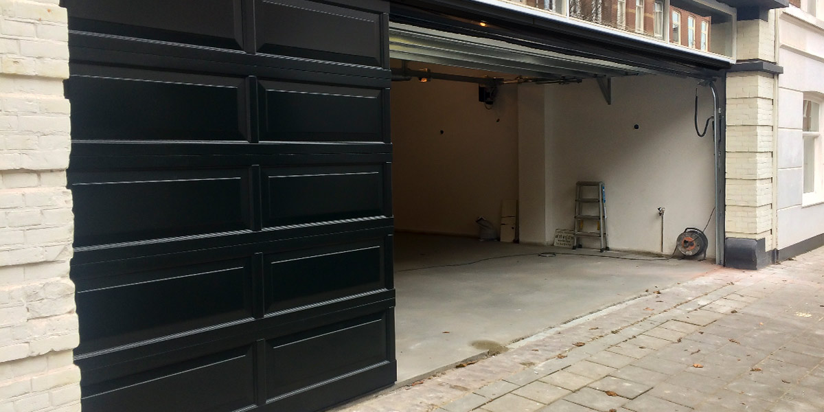 Houten-sectionaaldeur-met-cassette-paneel-geïntegreerd-in-de-gevel-41