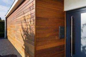 Houten-garagedeur-in-1-lijn-met-de-gevel-2