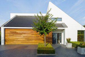 Houten-garagedeur-in-1-lijn-met-de-gevel-3