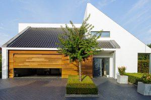 Houten-garagedeur-in-1-lijn-met-de-gevel-4