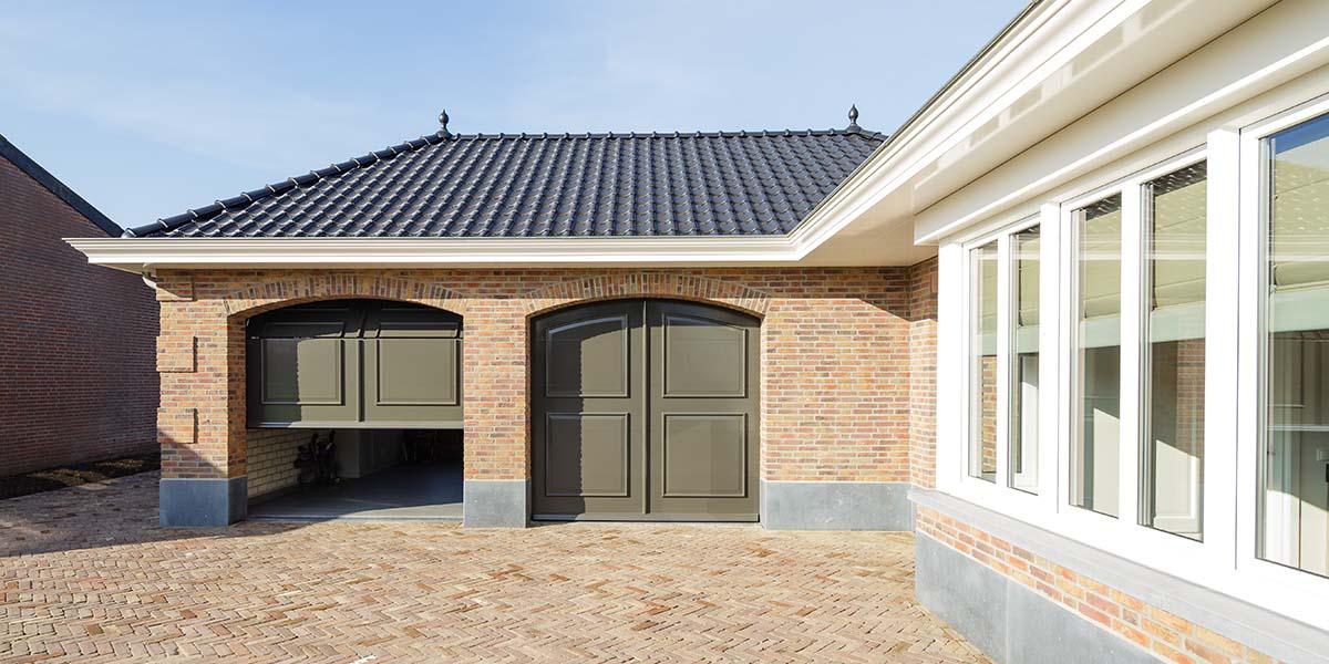 Elektrisch-openslaande-garagedeuren-als-sectionaaldeur-1