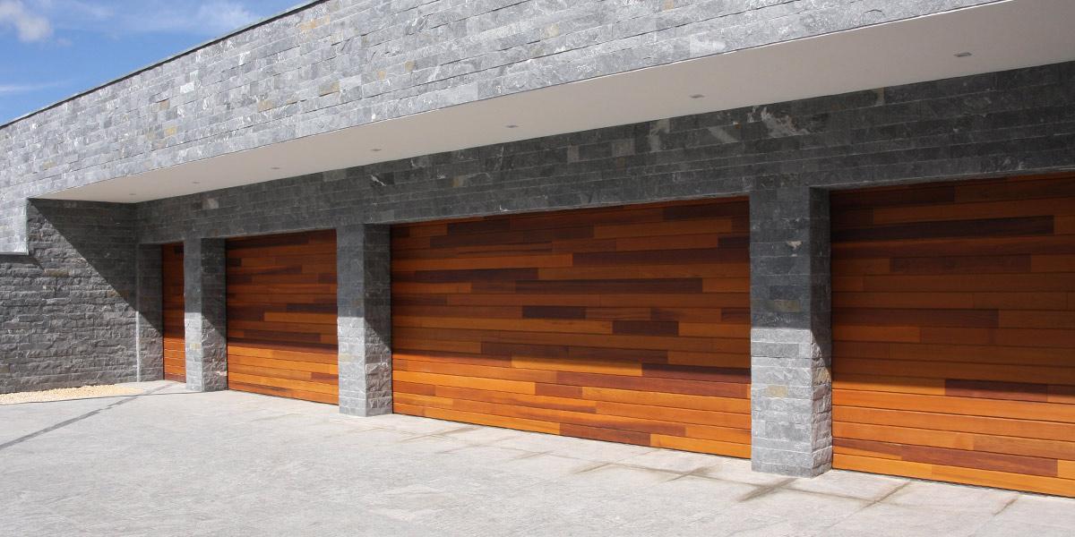 https://garagedeuren.s3.amazonaws.com/20180813090510/DD-site-afbeelding-1200x600-houten-garagedeuren-red-cedar-polen-header.jpg