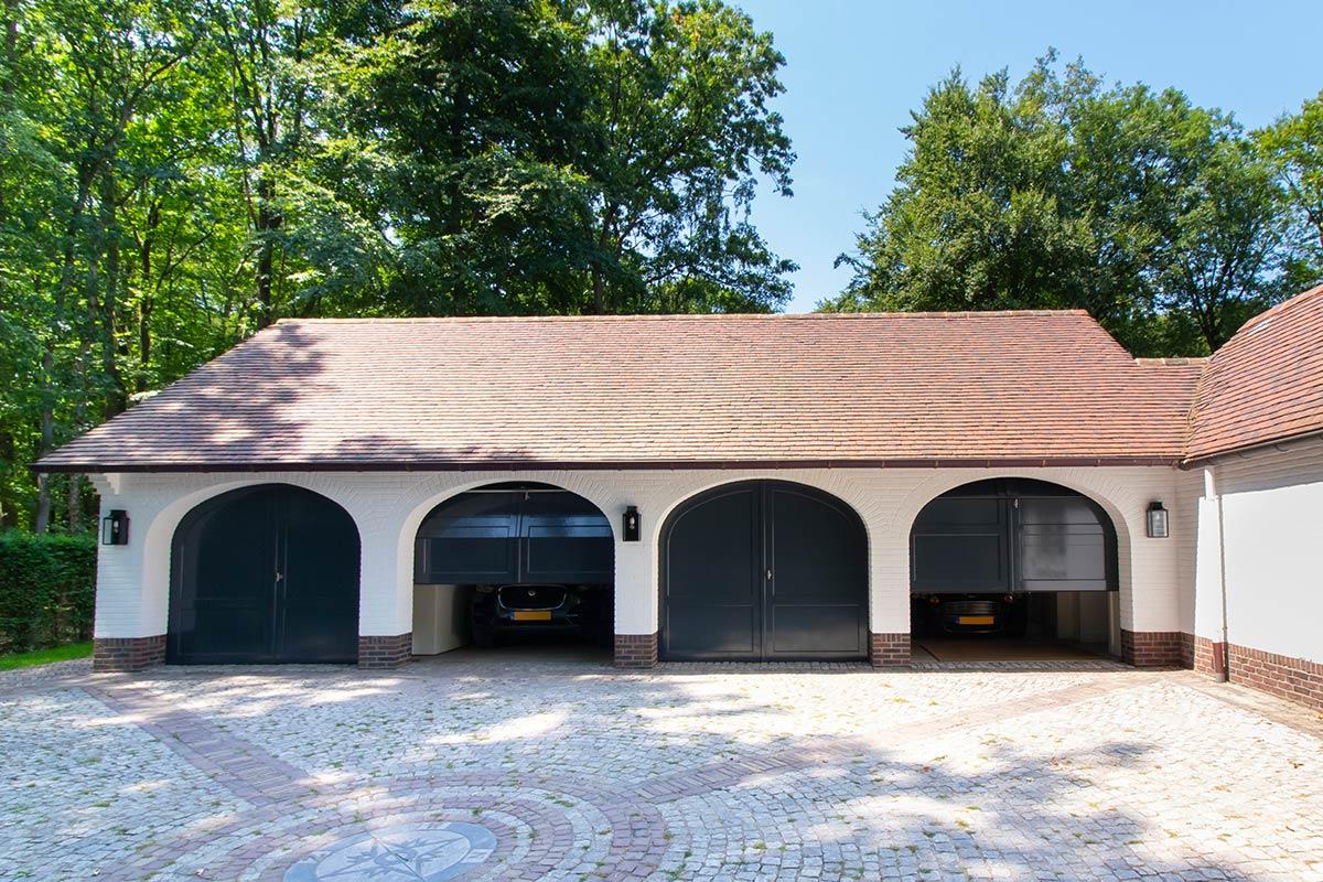 Elektrische-garagedeuren-in-stijl-van-houten-openslaande-garagedeuren