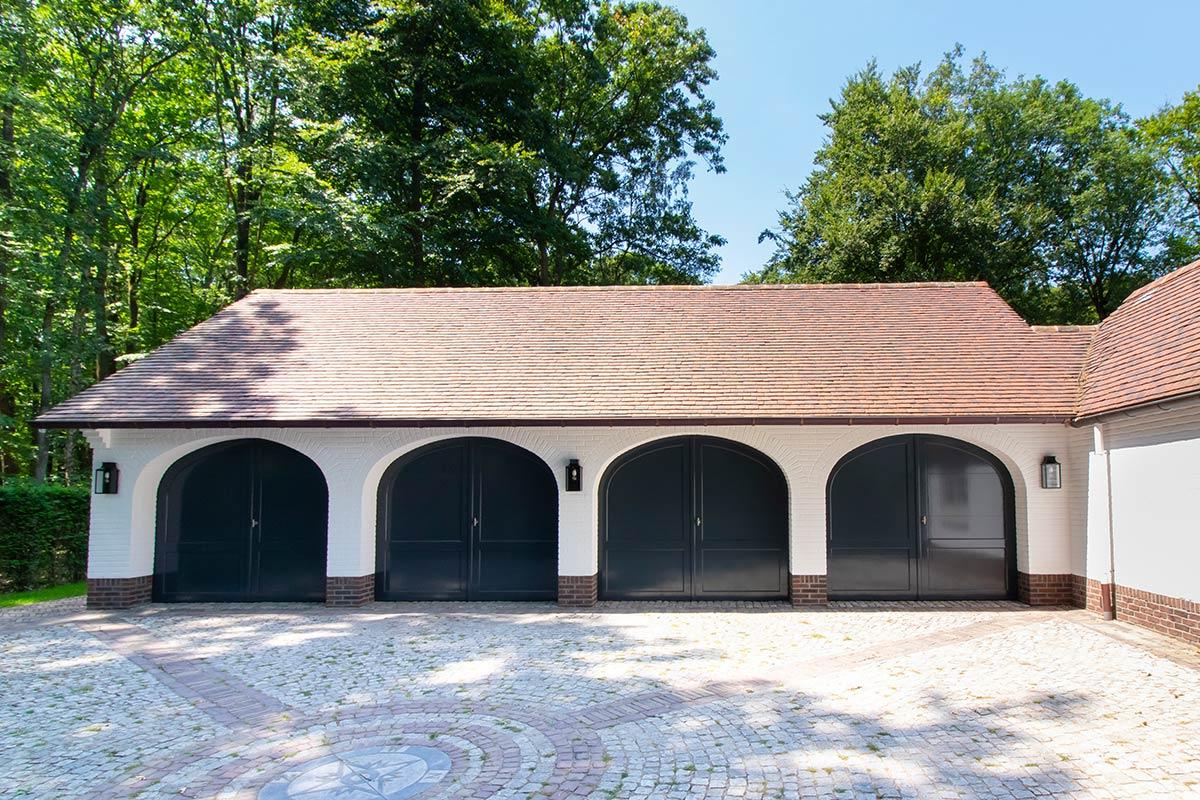 Elektrische-garagedeuren-in-stijl-van-houten-openslaande-garagedeuren-2