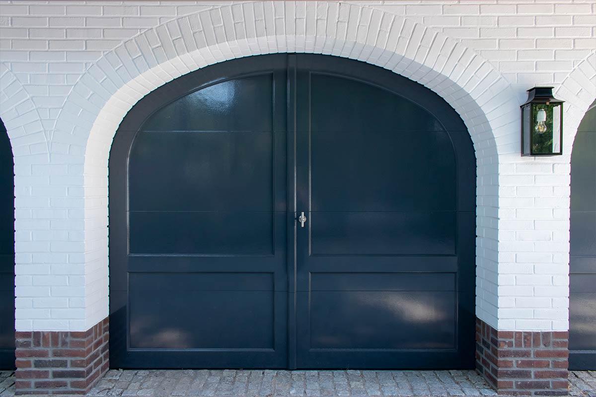 Elektrische-garagedeuren-in-stijl-van-houten-openslaande-garagedeuren-3