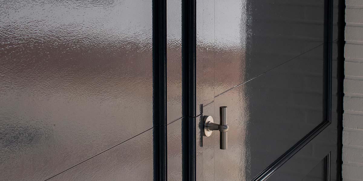 Elektrische-garagedeuren-in-stijl-van-houten-openslaande-garagedeuren-16
