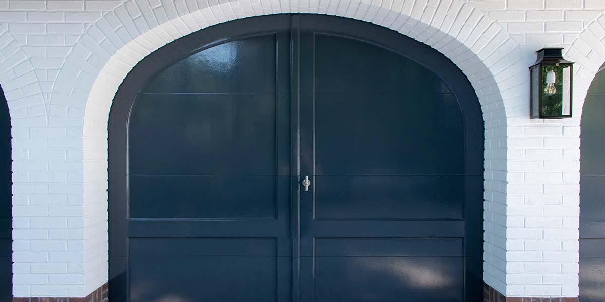 Elektrische-garagedeuren-in-stijl-van-houten-openslaande-garagedeuren-17