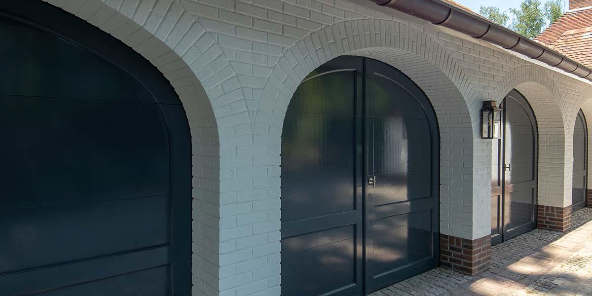 Elektrische-garagedeuren-in-stijl-van-houten-openslaande-garagedeuren-22