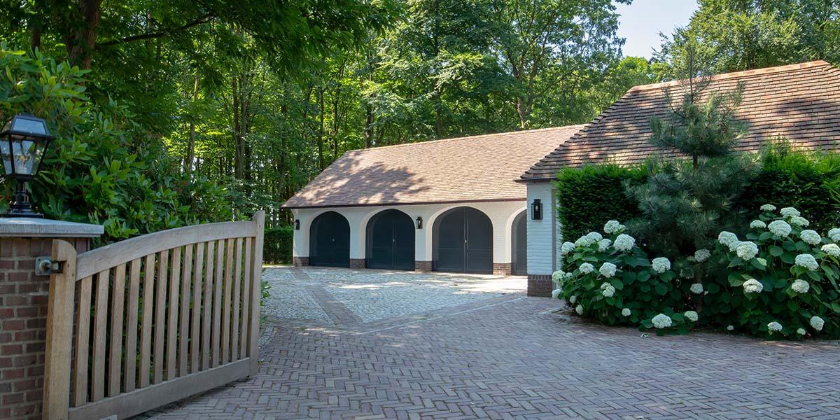 Elektrische-garagedeuren-in-stijl-van-houten-openslaande-garagedeuren-25