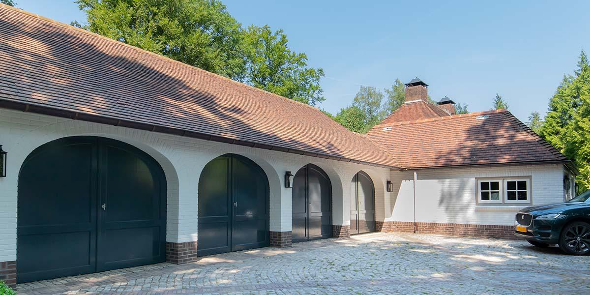 Elektrische-garagedeuren-in-stijl-van-houten-openslaande-garagedeuren-351