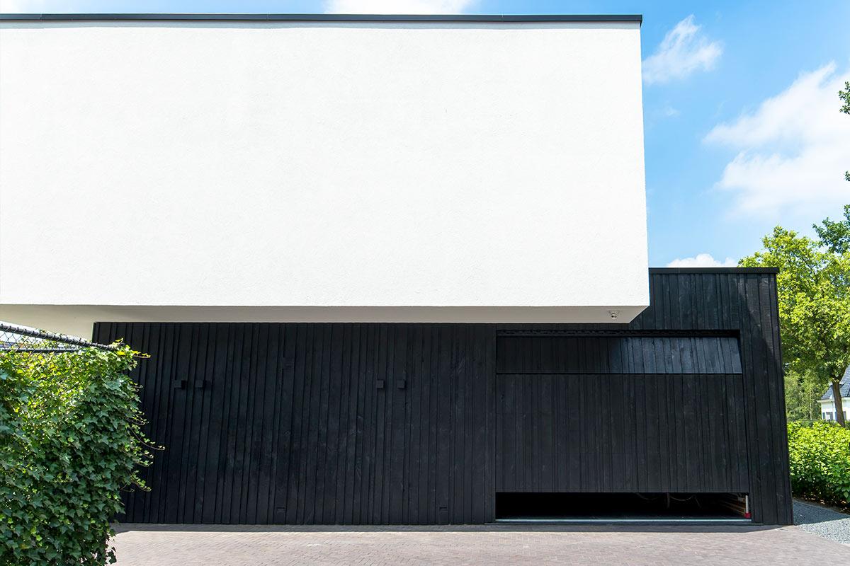 zwarte-houten-garagedeuren-met-gevelbekleding