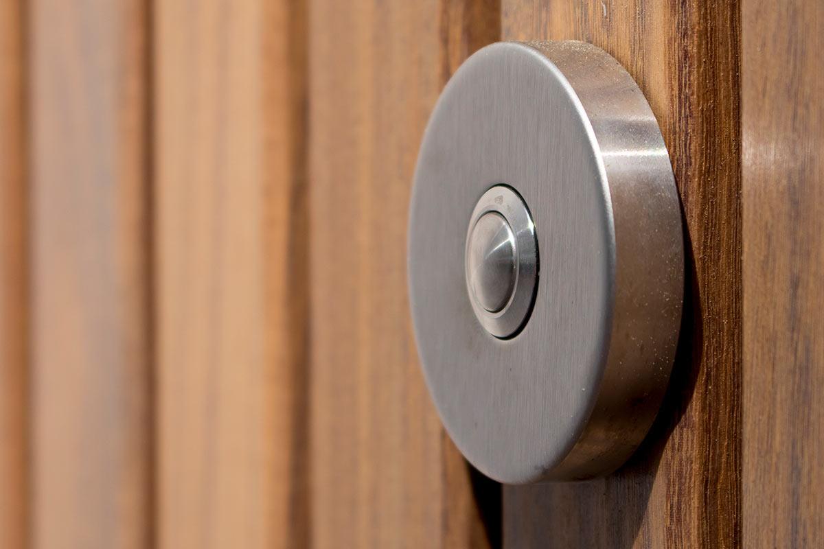 houten-voordeur-in-een-aluminium-kozijn-deurbel