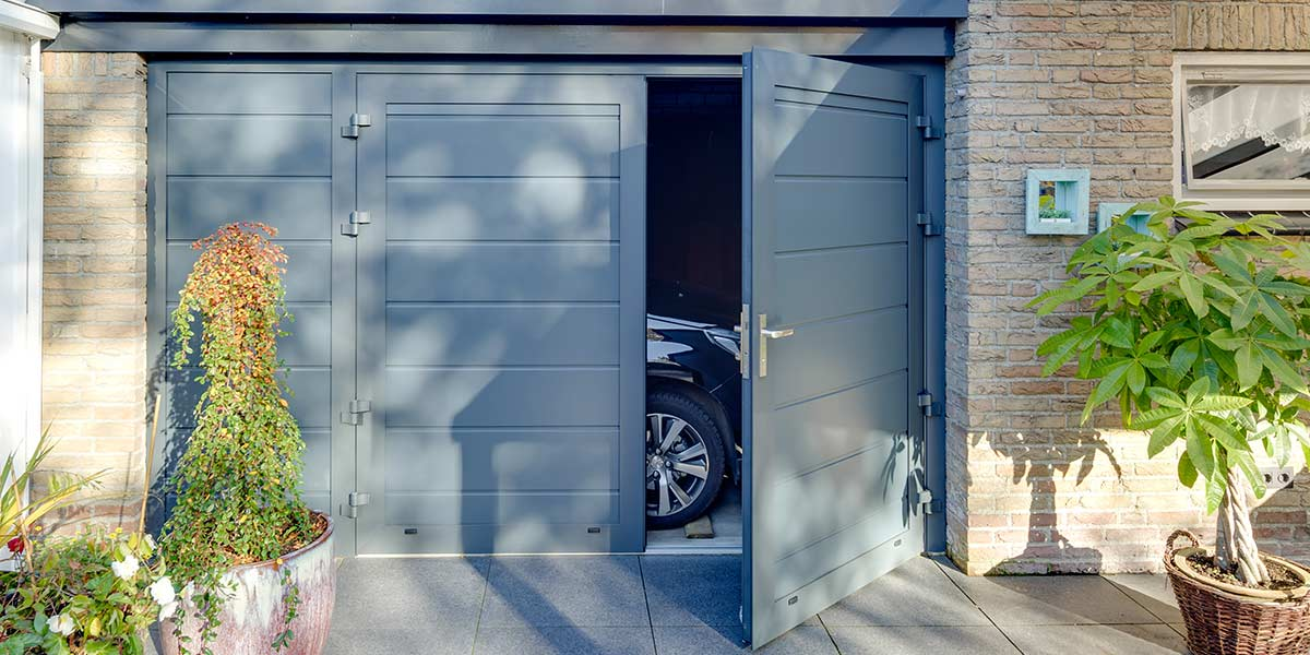 https://garagedeuren.s3.amazonaws.com/20180820104702/openslaande-garagedeur-vast-zijstuk.jpg
