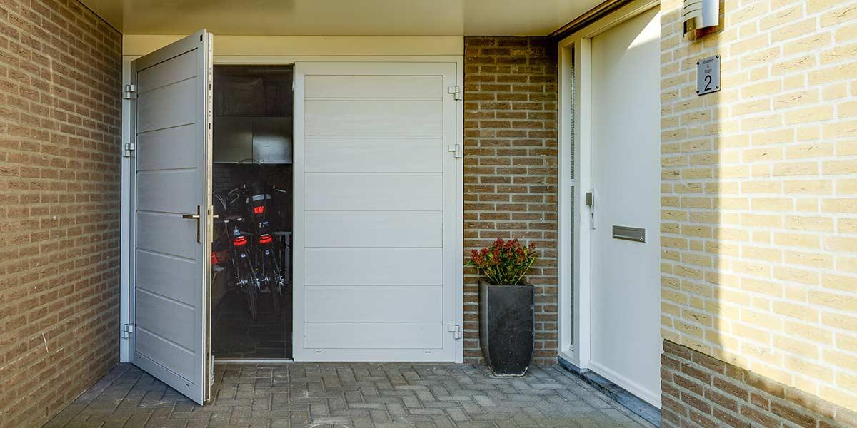 https://garagedeuren.s3.amazonaws.com/20180820114134/mooie-geisoleerde-openslaande-garagedeur.jpg