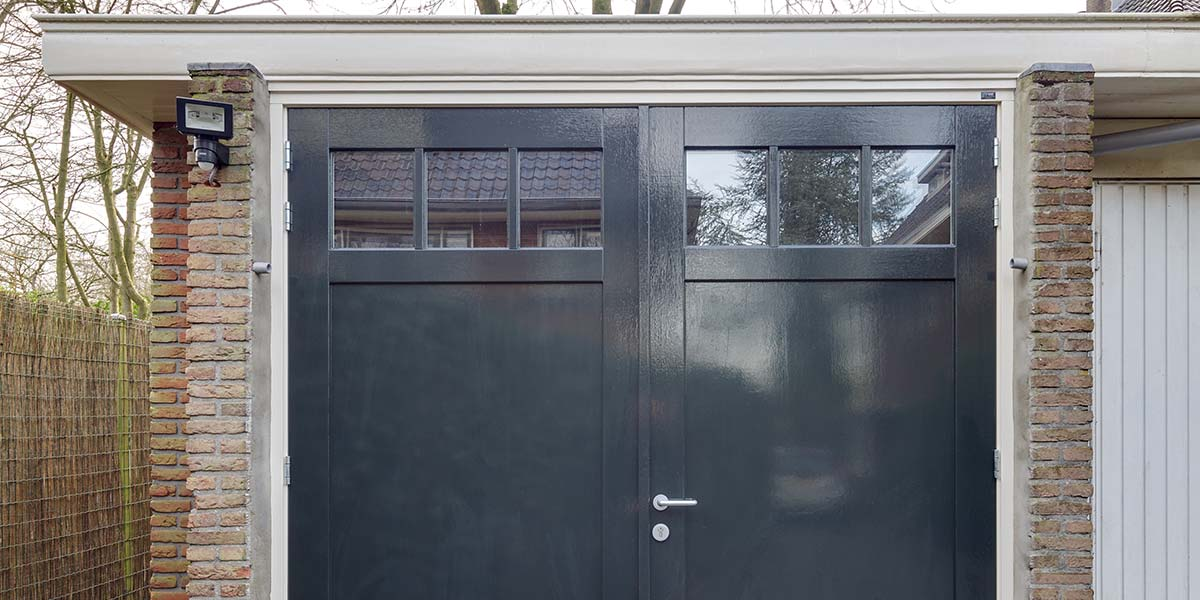 https://garagedeuren.s3.amazonaws.com/20180820115705/Hardhouten-openslaande-garagedeuren.jpg