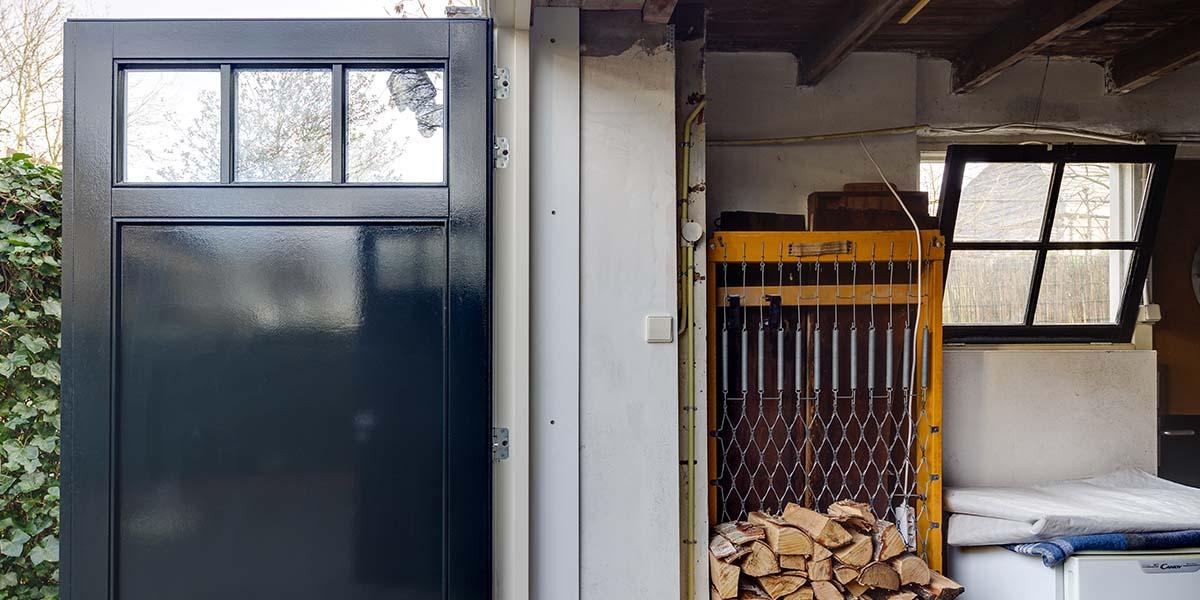 Houten-openslaande-garagedeuren-vlak-met-raampjes-1
