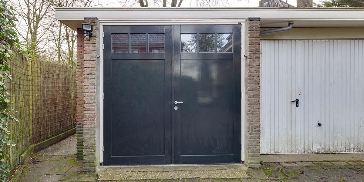 Houten-openslaande-garagedeuren-vlak-met-raampjes-2