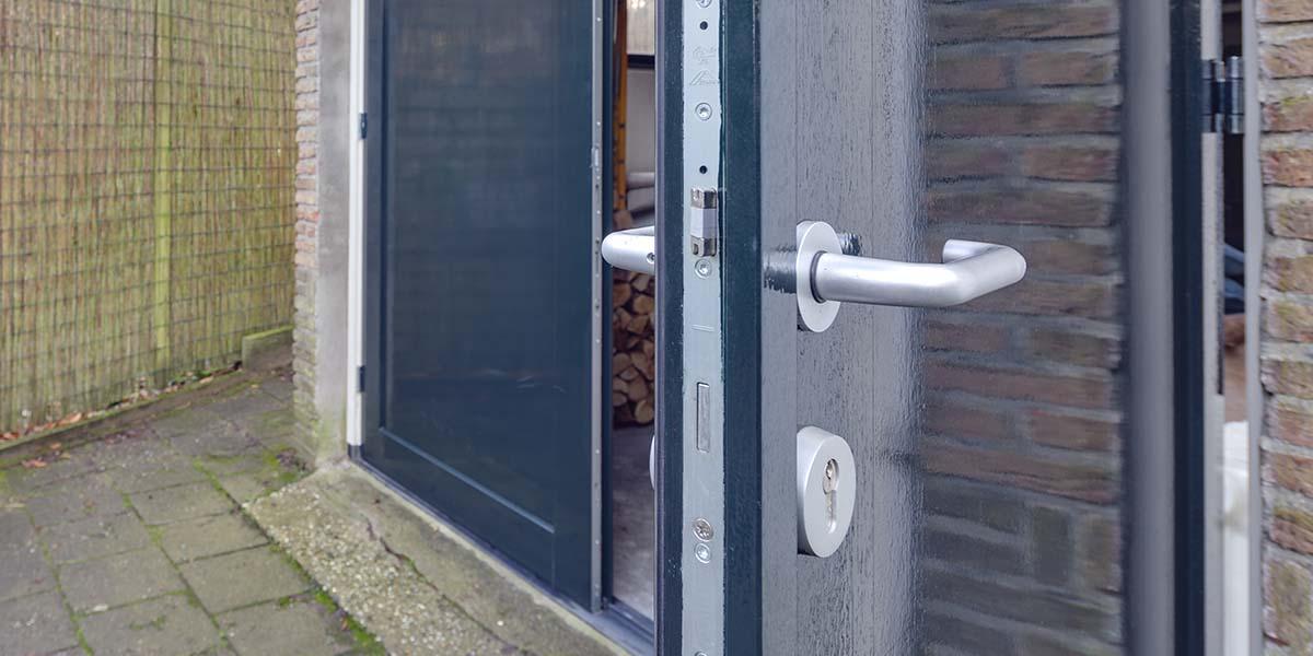 Houten-openslaande-garagedeuren-vlak-met-raampjes-6