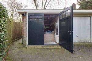 Houten-openslaande-garagedeuren-vlak-met-raampjes-31