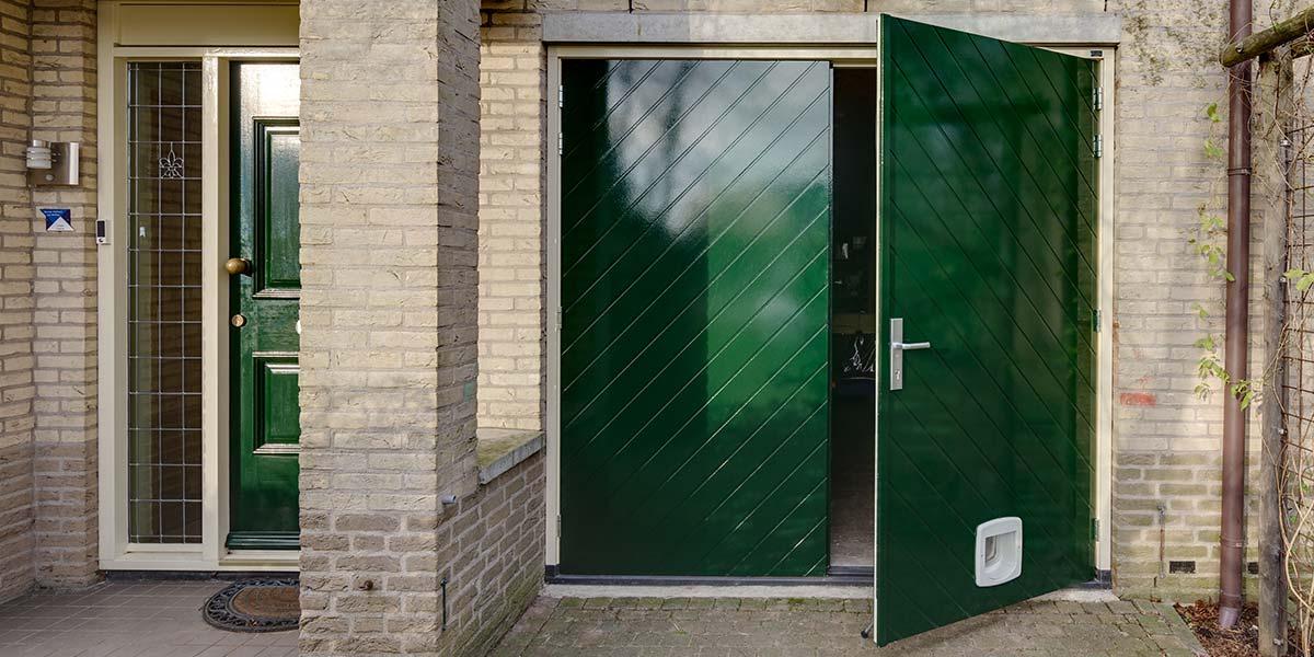 https://garagedeuren.s3.amazonaws.com/20180820122322/Houten-openslaande-garagedeuren-visgraat-motief-.jpg