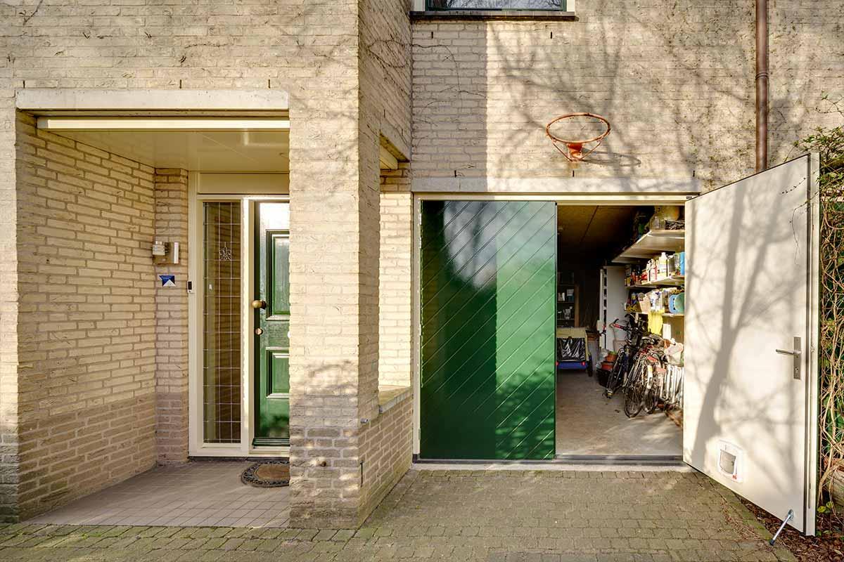 Houten-openslaande-garagedeuren-visgraat-motief-1