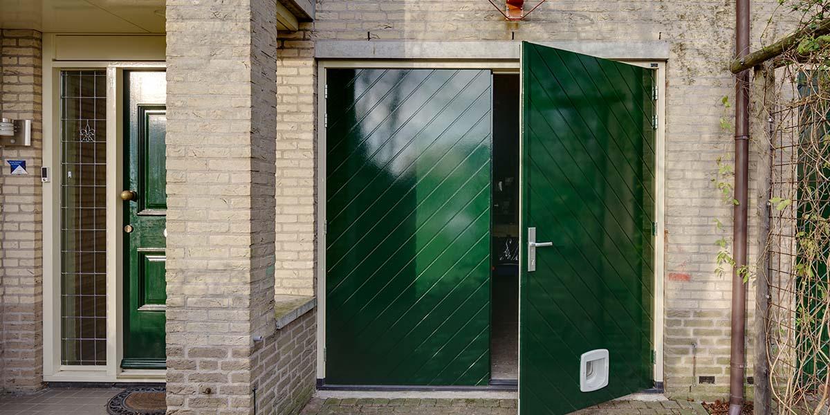 Houten-openslaande-garagedeuren-visgraat-motief-11