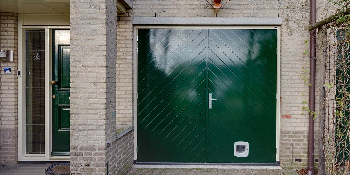 Houten-openslaande-garagedeuren-visgraat-motief-21