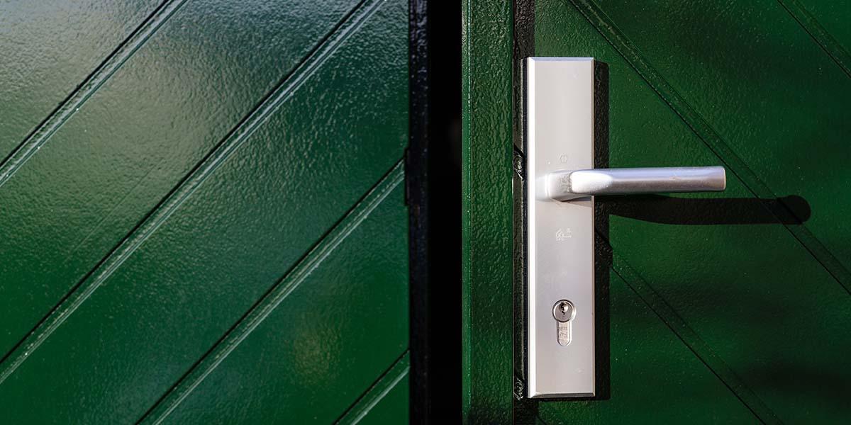Houten-openslaande-garagedeuren-visgraat-motief-31