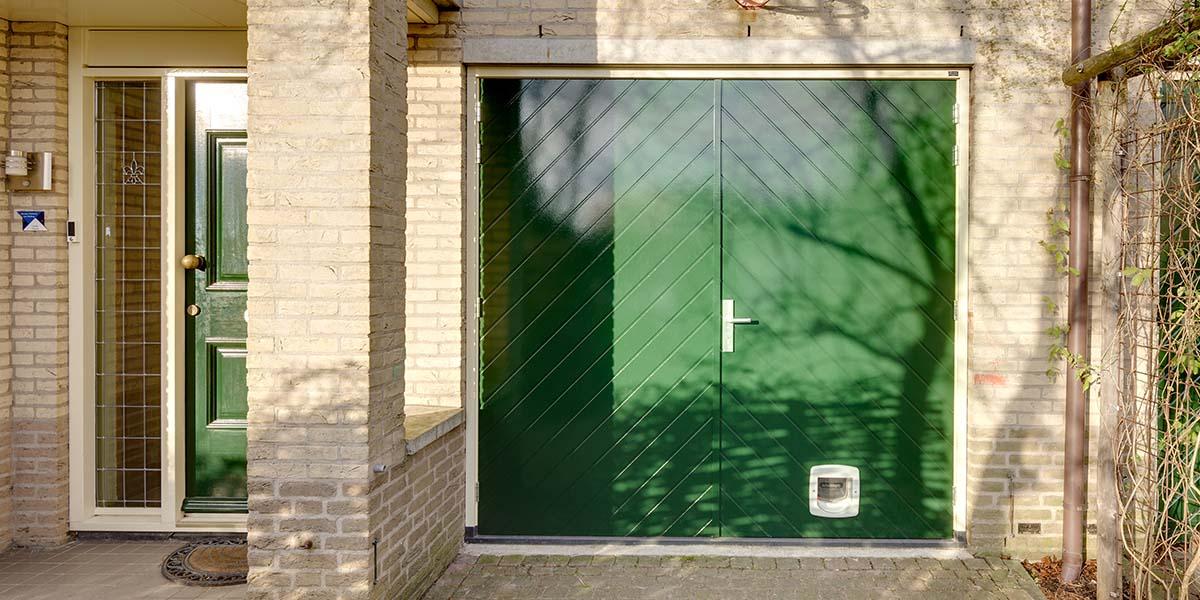 Houten-openslaande-garagedeuren-visgraat-motief-5