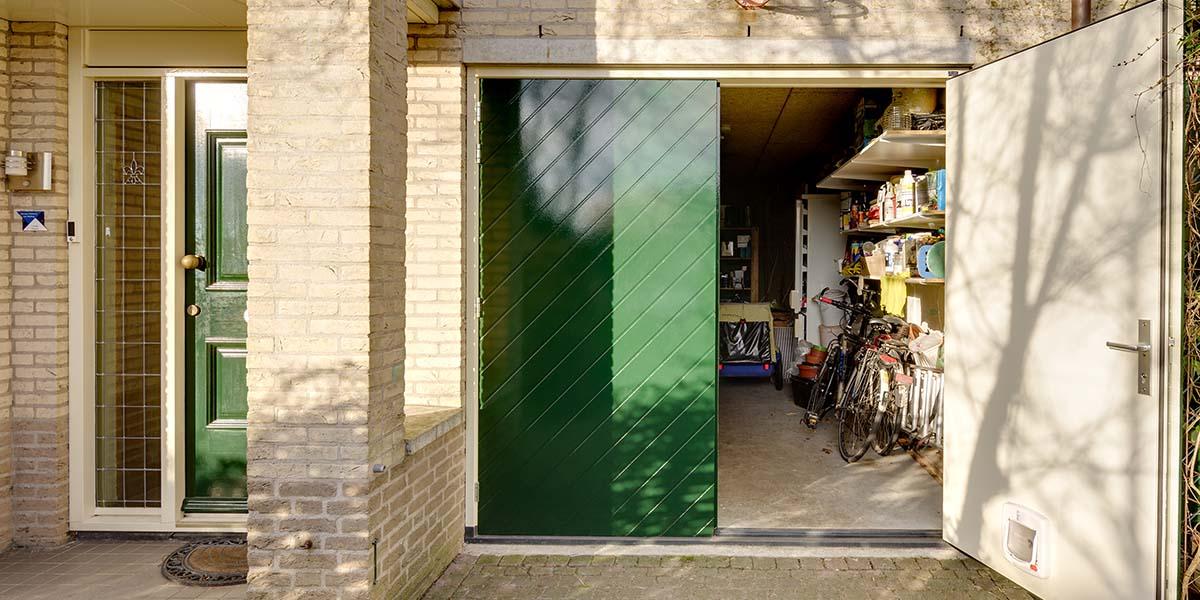 Houten-openslaande-garagedeuren-visgraat-motief-6