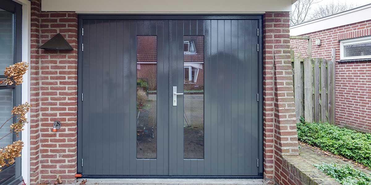 https://garagedeuren.s3.amazonaws.com/20180820132707/Houten-openslaande-garagedeuren-met-glas.jpg