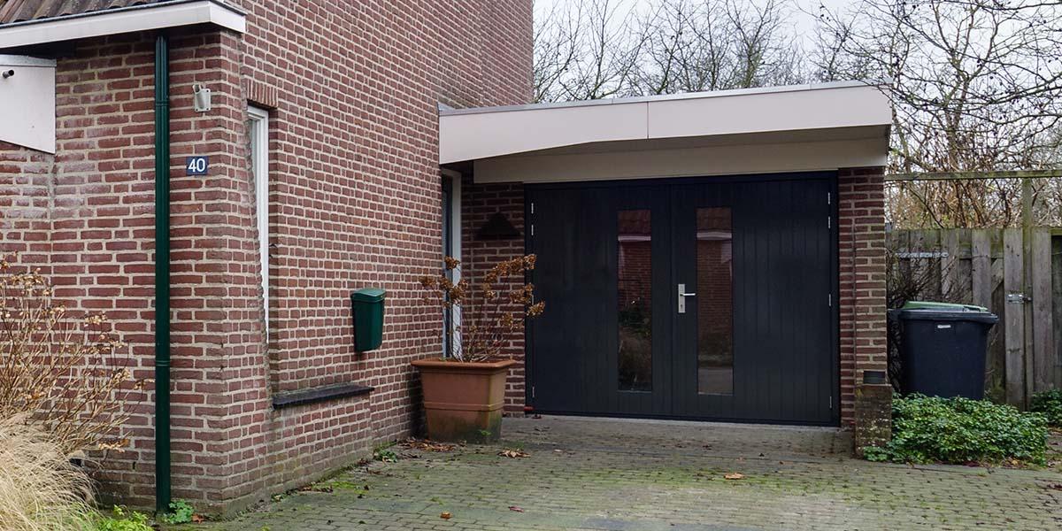 Houten-openslaande-garagedeuren-met-glas-5