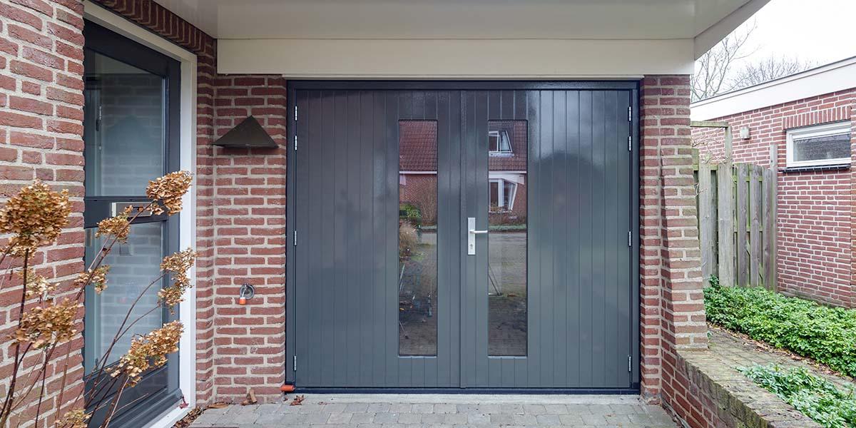 Houten-openslaande-garagedeuren-met-glas-6