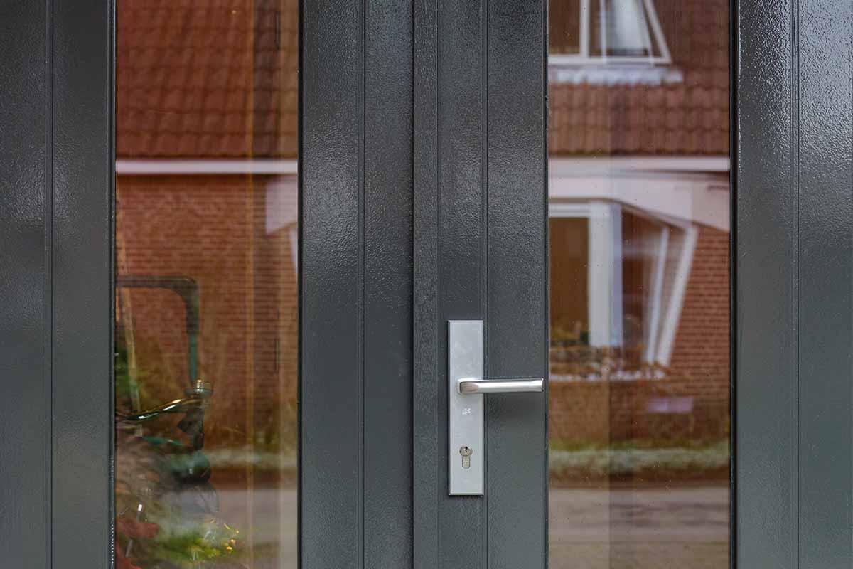 Houten-openslaande-garagedeuren-met-glas-31
